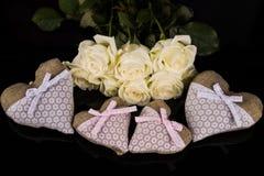 Un ramo de rosas blancas, corazones hizo del material, ángeles valentines foto de archivo libre de regalías