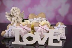 Un ramo de rosas blancas, corazones hizo del material, ángeles valentines imagen de archivo