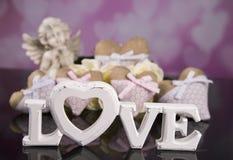 Un ramo de rosas blancas, corazones hizo del material, ángeles valentines imagenes de archivo