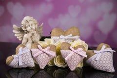 Un ramo de rosas blancas, corazones hizo del material, ángeles valentines imágenes de archivo libres de regalías