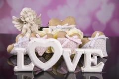 Un ramo de rosas blancas, corazones hizo del material, ángeles valentines fotografía de archivo libre de regalías