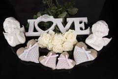 Un ramo de rosas blancas, corazones hizo del material, ángeles valentines fotos de archivo