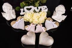 Un ramo de rosas blancas, corazones hizo del material, ángeles valentines foto de archivo