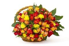 Un ramo de rosas multicoloras en una cesta Fotos de archivo libres de regalías