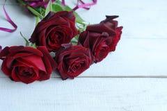 Un ramo de rosas rojas fotografía de archivo libre de regalías