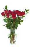 Un ramo de rosas rojas en un florero de cristal claro. Imagenes de archivo