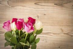 Un ramo de rosas rojas y blancas Foto de archivo