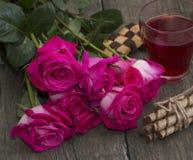 Un ramo de rosas rojas y de primer del té Fotos de archivo libres de regalías