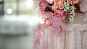 Un ramo de rosas y de joyería coral-coloreada en las manos de la novia almacen de metraje de vídeo