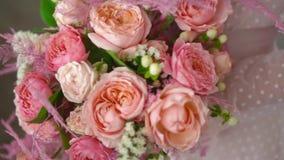 Un ramo de rosas y de joyer?a coral-coloreada en las manos de la novia almacen de metraje de vídeo