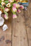 Un ramo de tulipanes frescos de la primavera, de diversos colores Flores en una cesta en un fondo de madera marrón Espacio libre  foto de archivo libre de regalías