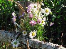 Un ramo de wildflowers en una cerca rural Imagen de archivo libre de regalías