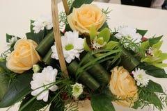 Un ramo hermoso de rosas, de crisantemos y de orqu?deas apelar? a cada mujer Su fragancia real conquistar? cada imágenes de archivo libres de regalías