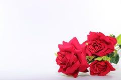 Un ramo hermoso de rosas rojas artificiales en blanco con el fondo del espacio de la copia Concepto del amor y del romance Imagen de archivo