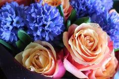Un ramo hermoso de rosas y de jacintos apelar? a cada mujer Su fragancia real conquistar? cada fotos de archivo libres de regalías