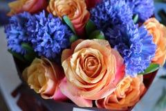 Un ramo hermoso de rosas y de jacintos apelar? a cada mujer Su fragancia real conquistar? cada imagen de archivo libre de regalías