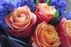 Un ramo hermoso de rosas y de jacintos apelar? a cada mujer Su fragancia real conquistar? cada imagen de archivo