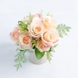 Un ramo suavemente de rosa en un fondo blanco fotografía de archivo libre de regalías