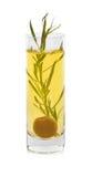 Un ramoscello di dragoncello, anche conosciuto come estragone, in un vetro con olio d'oliva isolato su un fondo bianco Fotografia Stock Libera da Diritti