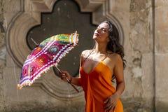 Un ranch messicano castana ispano adorabile di Poses Outdoors On A del modello che tiene un parasole fotografia stock