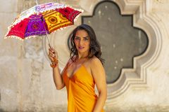Un ranch messicano castana ispano adorabile di Poses Outdoors On A del modello che tiene un parasole fotografia stock libera da diritti