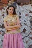 Un ranch messicano castana ispano adorabile di Poses Outdoors On A del modello fotografia stock