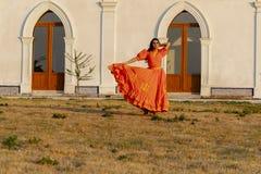 Un ranch messicano castana ispano adorabile di Poses Outdoors On A del modello fotografie stock