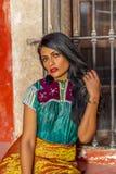 Un ranch messicano castana ispano adorabile di Poses Outdoors On A del modello immagine stock