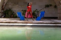 Un ranch messicano castana ispano adorabile di Poses Outdoors On A del modello vicino ad una piscina immagine stock libera da diritti