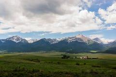 Un ranch in un prato della montagna Immagini Stock