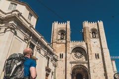 Un randonneur arrive à la cathédrale de Sé à Lisbonne, Portugal photos stock