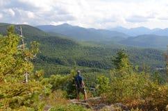 Un randonneur au sommet de la corneille noire dans l'Adirondacks Photographie stock