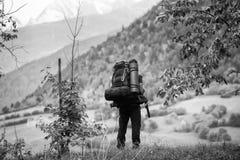Un randonneur avec un sac à dos examine la distance image libre de droits