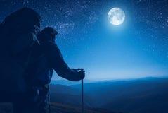 Un randonneur contemplent la pleine lune photo stock