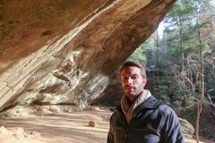 Un randonneur de touristes utilisant une écharpe beige photographie stock libre de droits