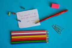 Un rappel d'enfance ` Vous le ` t de mustn soyez en retard pour le ` d'école, - une note pour un écolier d'une mère affectueuse photographie stock libre de droits
