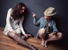 Un rapporto delle due giovani donne fotografie stock libere da diritti
