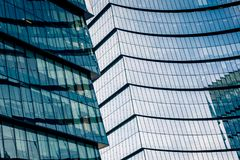 Un rascacielos de cristal en un granangular foto de archivo libre de regalías