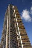 Un rascacielos hacia el cielo azul Imágenes de archivo libres de regalías
