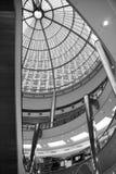 Un rascacielos a través del tejado de cristal Imagen de archivo