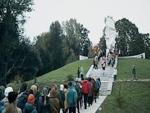 Un rassemblement commémoratif en tant qu'élément de la reconstruction de la bataille de la guerre mondiale 2 près de Moscou banque de vidéos