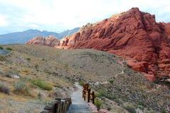 Un rastro del sesert a las rocas rojas Fotografía de archivo libre de regalías