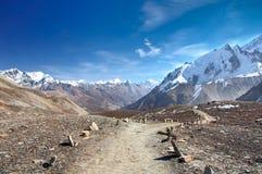 Un rastro escénico al lago Tilicho en Nepal Imagenes de archivo