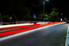 Un rastro rojo de luces del coche imagen de archivo