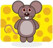 Un ratón sonriente en un fondo del queso Imágenes de archivo libres de regalías