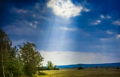 Un rayo de la luz del sol toca la tierra Imagenes de archivo