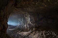 Un rayon de lumière dans la caverne photo stock