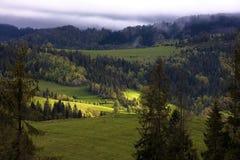 Un rayon de soleil illumine une vallée dans les montagnes Photographie stock libre de droits
