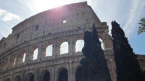 Un rayon des passages du soleil par les voûtes du Colosseum à Rome, Italie banque de vidéos