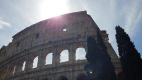 Un rayon des passages du soleil par les voûtes du Colosseum à Rome, Italie clips vidéos